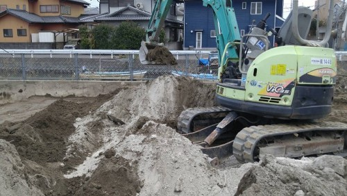 セメントと土と混ぜ合わせます
