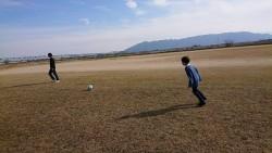 河川敷でみんなでサッカー