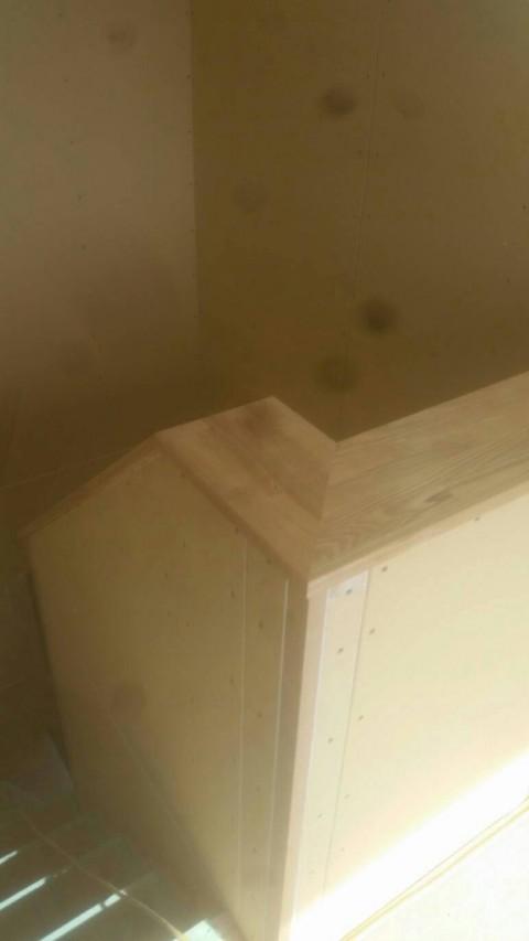 階段周りの笠木とボード貼り