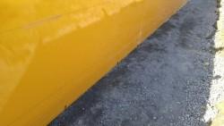 境界の通りに鉄筋を打っているので型を当てて固定します