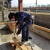 基礎と土台を固定するボルトの穴あけ作業