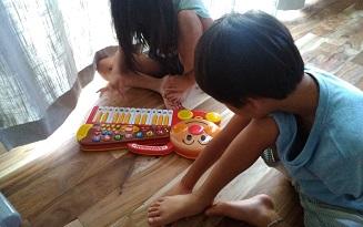 兄弟でピアノ演奏