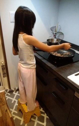 娘の料理姿