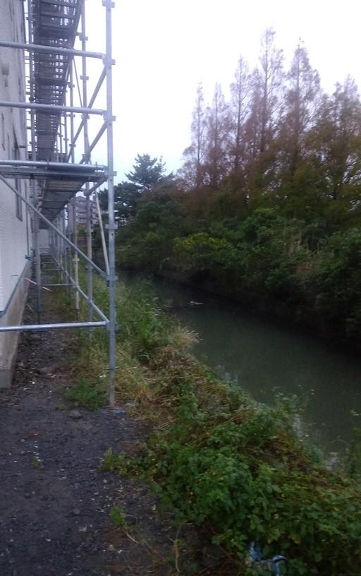 現場建物裏の小さな用水路