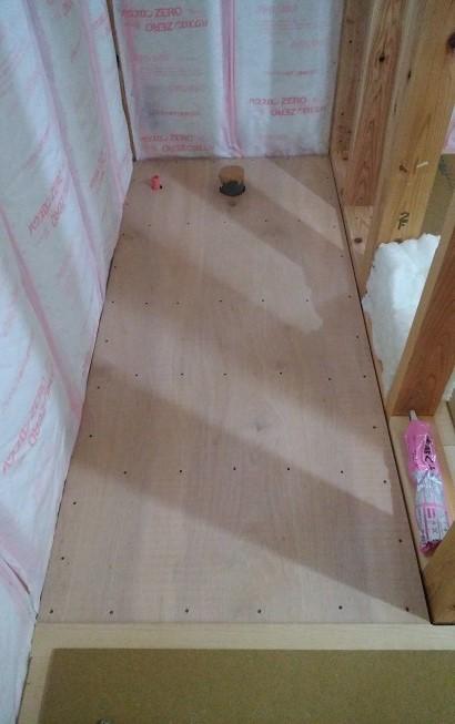 トイレの床下地貼り