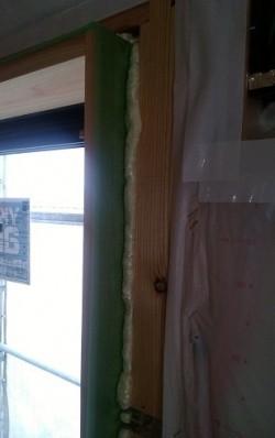 窓枠と下地材の空間を埋めるためにウレタンを吹きます