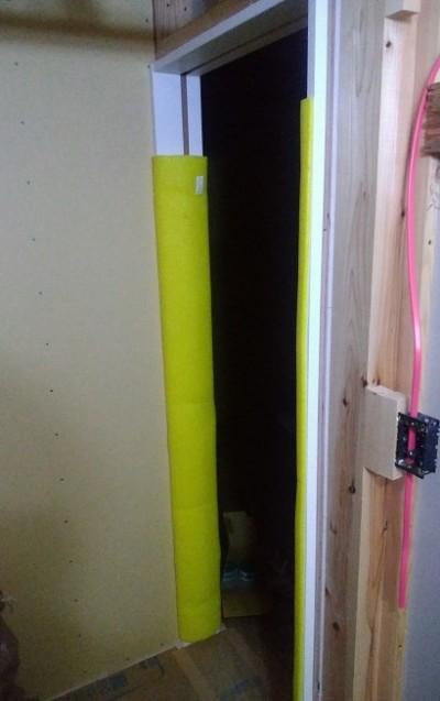 入り口のドア枠も取り付けて養生カバー
