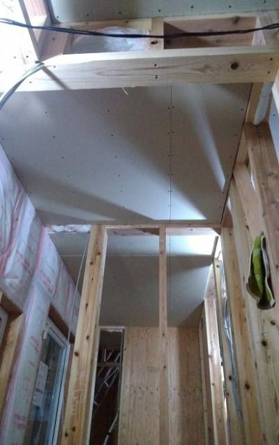1階の天井ボード貼り