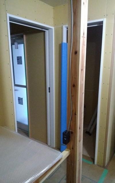 洗面脱衣室の入口枠、上吊りタイプの引き戸取り付け