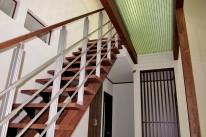 階段上廊下はパンチングパネルFRP素材