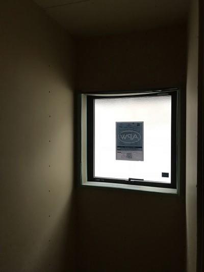 本日の作業内容❗️ トイレの壁のプラスターボード12.5mmを貼りました。壁に、埋め込みの手洗いが付くので、そこを残して貼りました。
