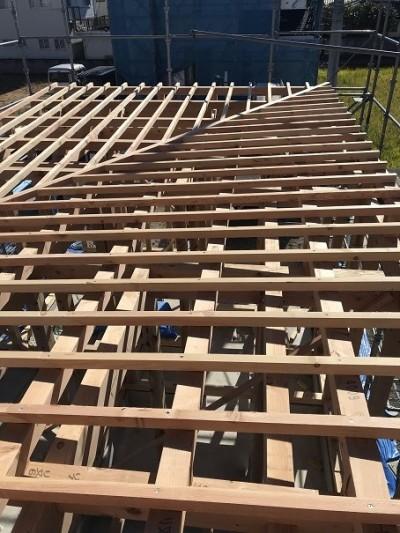 垂木を取り付け野地合板を貼り、上からルーフィング貼り