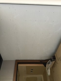 ポーチ天井のケイカル板貼り