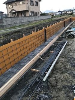 鉄筋を並べて型枠施工