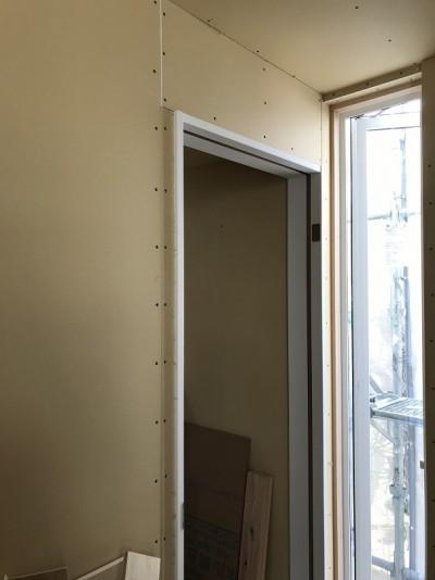 居室1.2の入り口枠を取り付け