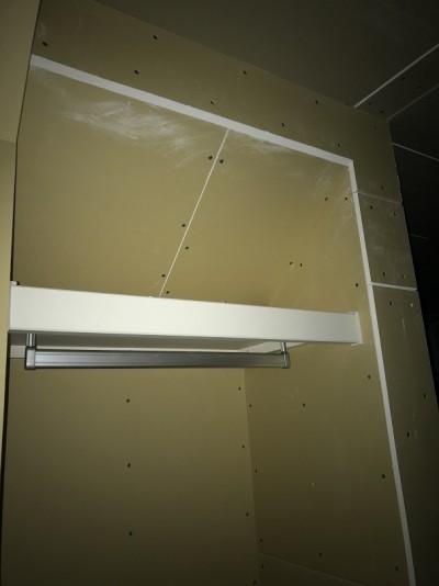 階段下の収納スペースの棚取り付け